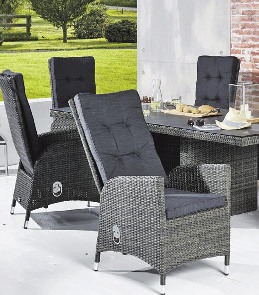 Guter Kontrast zum satten Grün des Gartens: Bei den Outdoor-Möbeln liegt die Farbe Grau derzeit im Trend.