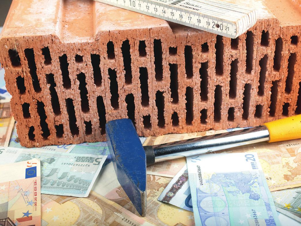 Wer ein Haus bauen oder kaufen möchte, muss genau planen, um nicht später von Kosten überrollt zu werden. iStockphoto