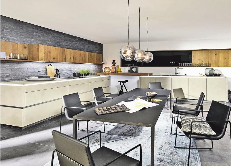 Der große Esstisch wird zum Dreh- und Mittelpunkt des modernen Wohnens wie im Loft.Foto: djd/TopaTeam/Nolte