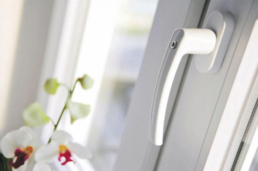 Ein abschließbarer Griff ist ein wichtiges Sicherheitsmerkmal einbruchsicherer Fenster. Fotos (3): djd/WIRUS Fenster GmbH & Co. KG