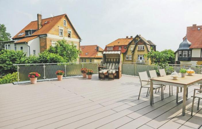 In neuer Optik und professionell verlegt, lädt die Terrasse zu entspannenden Stunden ein. Foto:djd/www.rainpro.de/Hunter