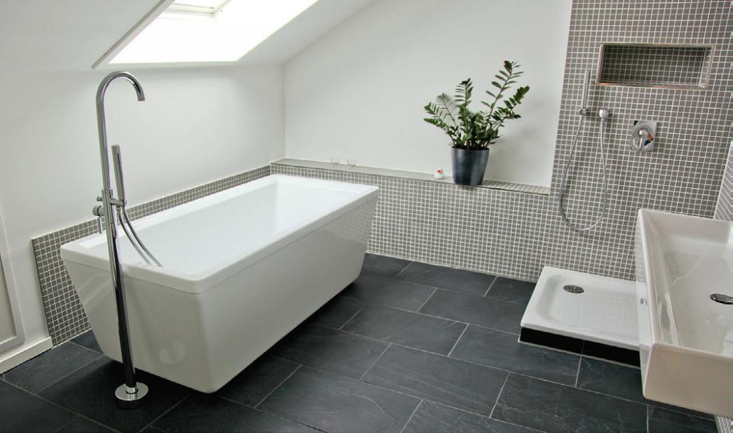 Wer solch ein schönes, modernes Bad haben möchte, sollte sich beim Neu- oder Umbau auf den Fachmann verlassen.