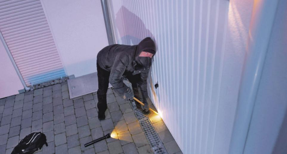 Einbruchversuche registrieren moderne Smart-Home-Systeme sofort – und leiten Maßnahmen zur Abschreckung und Absicherung ein.Foto: djd/somfy